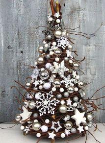 белые игрушки на елке