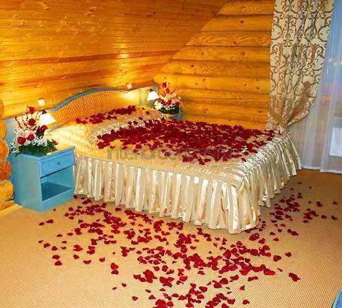 Розовые лепестки в спальне