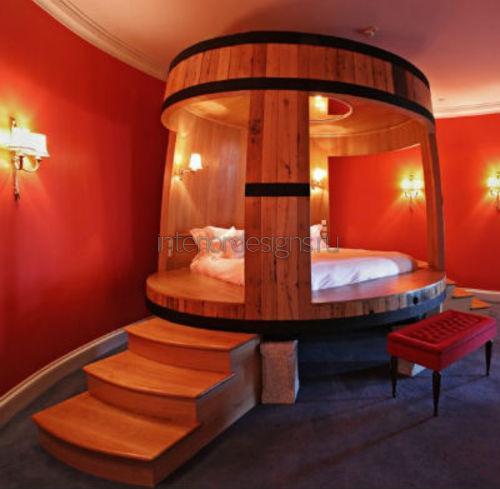 Красные стены в спальне