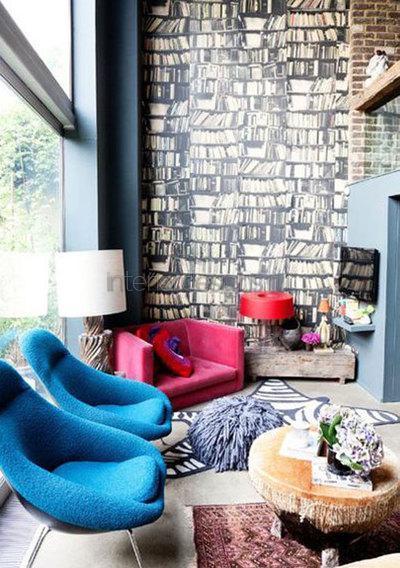 Синие кресла у окна